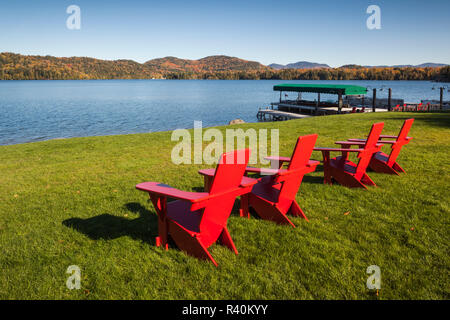 USA, New York, Adirondack Mountains, Lake Placid, Mirror Lake, red chairs - Stock Image