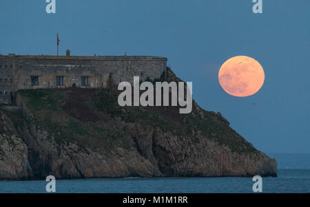 Tenby, Pembrokeshire. 31st Jan, 2018. The super 'blue' moon rising over St.Catherine's Island and Fort. Tenby in - Stock Image