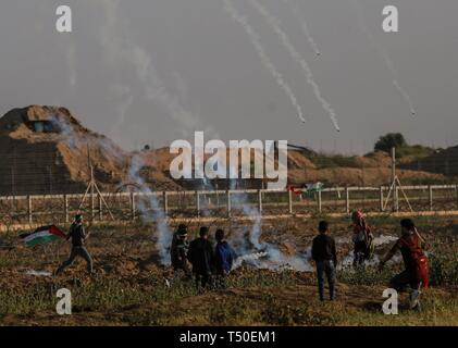 Gaza City, The Gaza Strip, Palestine. 19th Apr, 2019. Israeli troops fire tear gas at Palestinian protesters east of Gaza city during friday clashes, at least 46 Palestinians including medics and journalists were injured by Israeli troops. Credit: Abed Alrahman Alkahlout/Quds Net News/ZUMA Wire/Alamy Live News - Stock Image