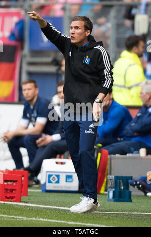 Hamburg, Deutschland. 20th Apr, 2019. coach Hannes WOLF (HH) gives instructions, instructions, gesture, gesture, full figure, upright format, Soccer 2. Bundesliga, 30. matchday, Hamburg Hamburg Hamburg (HH) - FC Erzgebirge Aue (AUE) 1: 1, on 20.04. 2019 in Hamburg/Germany. ¬ | usage worldwide Credit: dpa/Alamy Live News - Stock Image