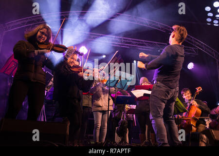Aberdeen, UK. 8th Dec 2018. Sleep in the Park .  Nevis Ensemble perform to the crowd.  Credit Paul Glendell Credit: Paul Glendell/Alamy Live News - Stock Image