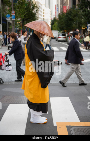A Buddhist monk collecting alms in Ginza, Tokyo, Japan - Stock Image