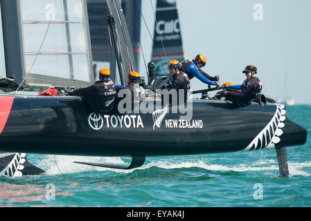 Portsmouth, UK. 25th July 2015. Emirates Team New Zealand working hard during a turn at a mark during race two of - Stock Image