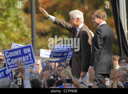 October 11, 2010 - Lexington, Kentucky, USA. - President BILL CLINTON waves to the crowd after rallying them for - Stock Image