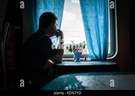 RUSSIE, MAI 19 : un voyageur revasse dans le wagon restaurant du Transsiberien dans la region de l'Oural le - Stock Image