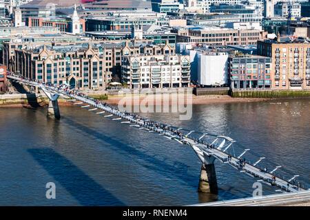 The Millennium Footbridge across the Thames. - Stock Image