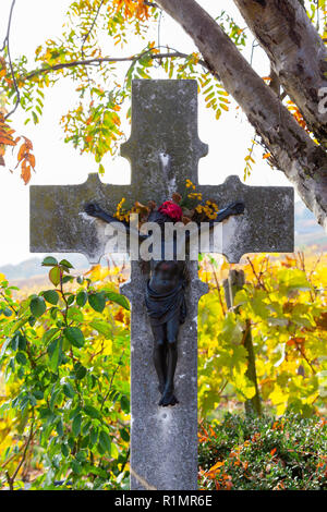 A cross in the vineyards in Rüdesheim, Rheingau, Germany. - Stock Image