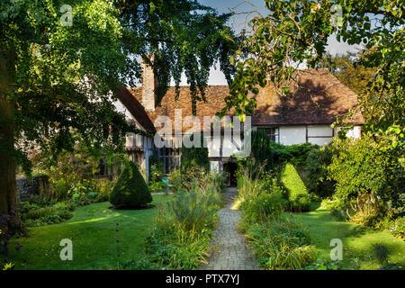 UK, Kent, Maidstone, Otham, Stoneacre, 15th century half-timbered yeoman farmer's house - Stock Image