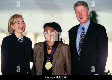 Jazz vocalist Betty Carter is presented the National Medal of the Arts by President Bill Clinton and First Lady Hillary Clinton during a ceremony on the South Lawn of the White House September 29, 1997 in Washington, DC. - Stock Image