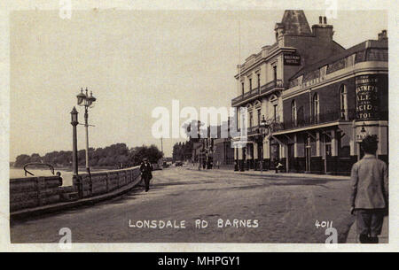 Lonsdale Road, Barnes, south-west London, with the River Thames on the left and two pubs on the right -- the Bull's Head and the Waterman's Arms.      Date: circa 1910 - Stock Image