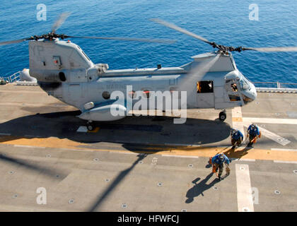 081008-N-9761H-152 PACIFIC OCEAN (Oct. 8, 2008) Aviation BoatswainÕs Mates remove chains and blocks from a - Stock Image