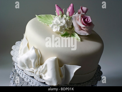 Cake covered with fondant and decorated with pink roses - Stock Image