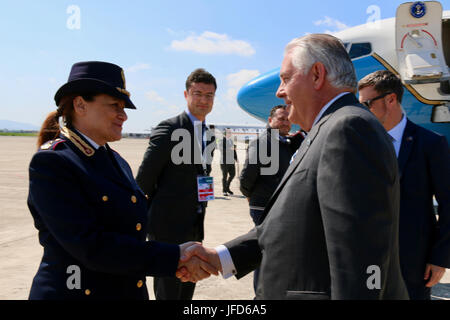 U.S. Secretary of State Rex Tillerson shakes hands with a member of the Italian armed forces at Pisa Military Airport - Stock Image