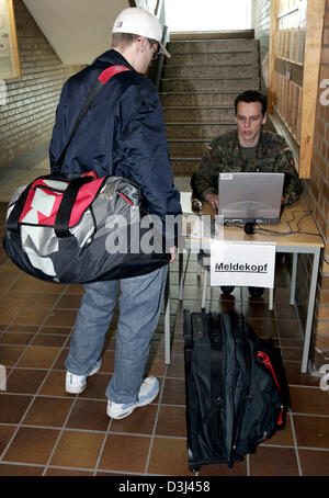(dpa) - A conscript reports to a senior at the Knuell barracks in Schwarzenborn, Germany, 4 April 2005. - Stock Image