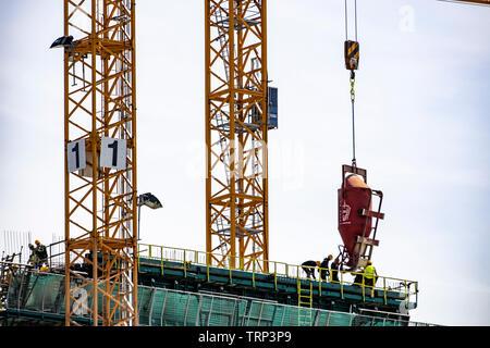 Baukräne, Baustelle in Amsterdam, NDSM-Werf, Neubau eines Gebäudes - Stock Image