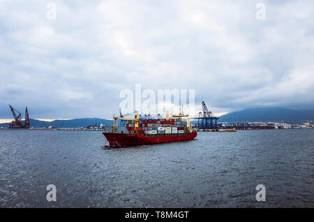 Algeciras, Cadiz province, Andalusia, Spain : A cargo ship enters the Port of Algeciras, the second port of Spain with almost 100 million tons in 2015 - Stock Image