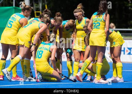 Krefeld, Germany, June 16 2019, hockey, women, FIH Pro League, Germany vs. Australia:  Players (Australien) huddle.             Credit: Juergen Schwarz/Alamy Live News - Stock Image