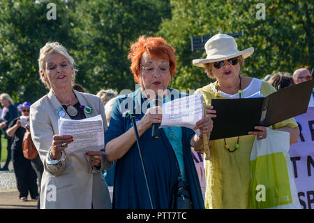 London, UK. 10th October 2018. Jean Rogers of Equity  and two choir members lead the singing of the suffragette song 'The March Of The Women' at the Shoulder to Shoulder rally in Hyde Park by groups campaigning for women born in the 1950s to regain the pensions stolen from them under successive governments, including The Waspi Campaign (Women Against State Pension Inequality),  Back to 60, We Paid In, You Pay Out and others. The loss of pensions following the 1995 Conservative Government's Pension Act, worsened by the 2011 Pension Acts, affects some 3. Credit: Peter Marshall/Alamy Live News - Stock Image