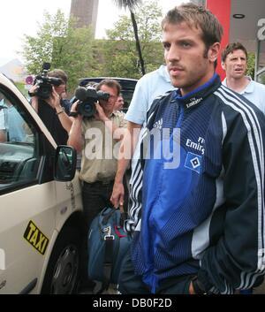 Hamburg's Dutch player Rafael van der Vaart (R) arrives at the airport in Hamburg, Germany, 17 August 2007. - Stock Image