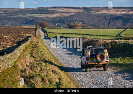 Land Rover on Green Lane on Sir William Hill. Eyam Moor, Peak District National Park, Derbyshire, England. - Stock Image