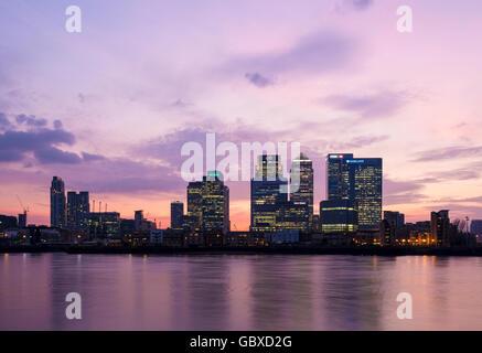 London skyline at sunset, Canary Wharf, England - Stock Image