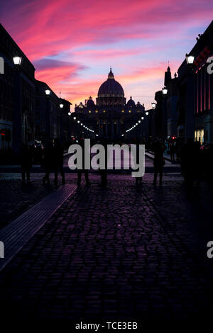 Silhouette of people standing in front of St Peter's Basilica, Rome, Italy - Stock Image