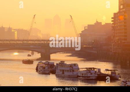UK, England, London, Canary Wharf skyline at sunrise - Stock Image