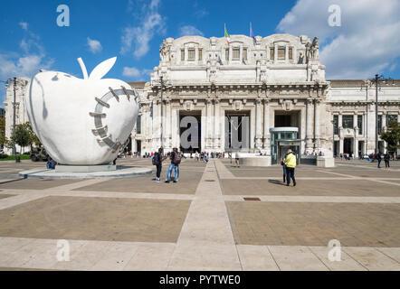 Italy, Lombardy, Milan, Piazza Luigi di Savoia. Big Apple of Milan and Central Station (Stazione di Milano Centrale) - Stock Image