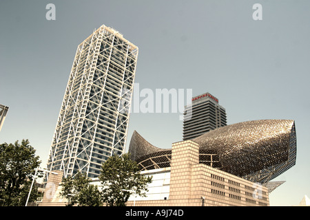 ESP Spanien Barcelona beach Platja de la Barceloneta Hotels Arts Sculpture of Frank Gehry Passeig Maritim Promenade Teleshot - Stock Image