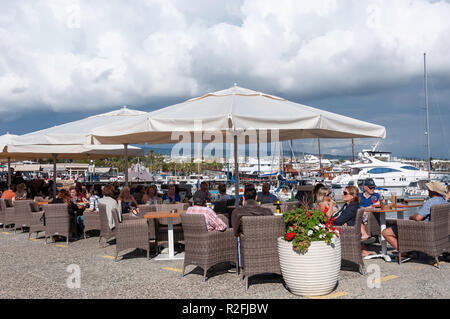 Outdoor restaurant on Paphos Harbour promenade, Paphos (Pafos), Pafos District, Republic of Cyprus - Stock Image