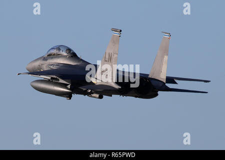 492nd Fighter Squadron F-15E overshooting RAF Lakenheath and powering back into the circuit. - Stock Image