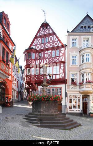 Marktplatz mit Fachwerkhaus und Michaelsbrunnen in der Altstadt von Bernkastel, Bernkastel-Kues, Rheinland-Pfalz, Deutschland - Stock Image
