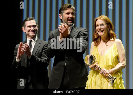 Karlovy Vary, Czech Republic. 28th June, 2019. US actress Julianne Moore received Crystal Globe award for contribution to world cinematography at the opening ceremony of the 54th Karlovy Vary International Film Festival in Karlovy Vary, Czech Republic, on Friday, June 28, 2019. On the photo from left: US actor Billy Crudup, scriptwriter and director Bart Freundlich and his wife Julianne Moore. Credit: Katerina Sulova/CTK Photo/Alamy Live News - Stock Image