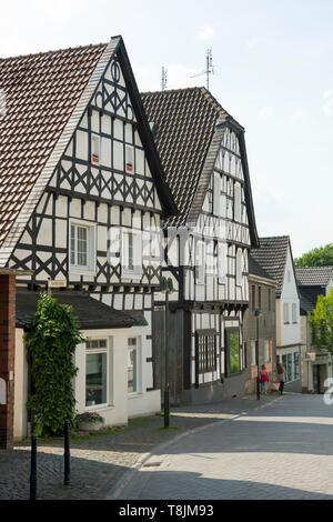 Deutschland, Nordrhein-Westfalen, Wetter (Ruhr), Volmarstein, Gebäude an der Hauptstrasse beim Dorfplatz - Stock Image