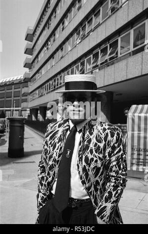 Elton John arriving at court. Elton is asking for a bigger share of the ¿20 million his early records made. He said he was 'very green behind the ears when he signed away a fortune in royalties on his early In hits'. 17th June 1985. - Stock Image