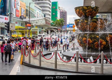 Fountain outside Pavilion Mall, Jalan Bukit Bintang on a Sunday Afternoon, Kuala Lumpur, Malaysia. - Stock Image