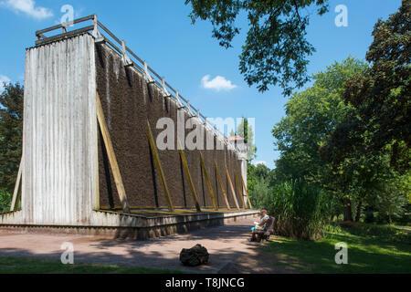 Deutschland, Nordrhein-Westfalen, Werl, Gradierwerk im Kurpark - Stock Image
