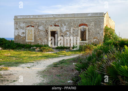 Ruined building at Capo Murro di Porco Lighthouse, Plemmirio, maddalena peninsula, Syracuse, Sicily - Stock Image