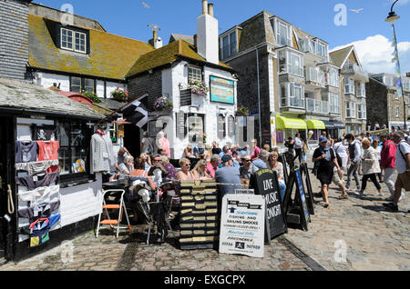 Drinkers at the historic Sloop Inn, St Ives, Cornwall, England, UK. Traditonally a meeting place for artists and - Stock Image