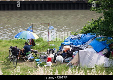 homeless riverside riverbed simple life - Stock Image