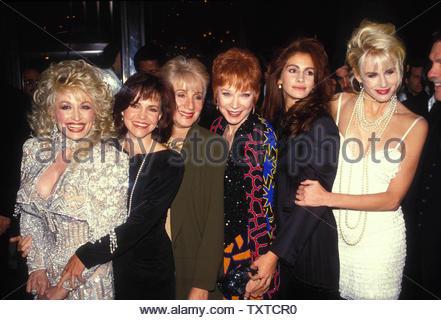 Dolly Parton With Sally Field , Olympia Dukakis , Shirley Maclaine , Julia Roberts And Daryl Hannah 1989... Credit: 1064811Globe Photos/MediaPunch - Stock Image
