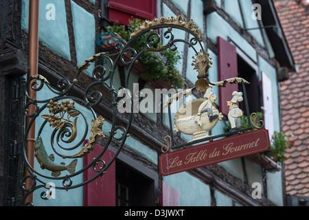 Inn sign La table du Gourmet in Riquewihr, Haut-Rhin, Alsace, Voges, France. - Stock Image
