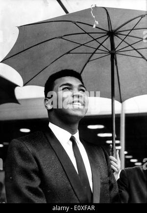 Sep 02, 1966; Frankfurt, Germany; CASSIUS CLAY or MUHAMMAD ALI, world champion in heavy weight, came to Frankfurt, Germany on Agust 30th. to have a title fight to European champion Karl Mildenberger in the Frankfurter Waldstadion on September 1st, 1966 shows Cassius Clay in front of his hotel. - Stock Image