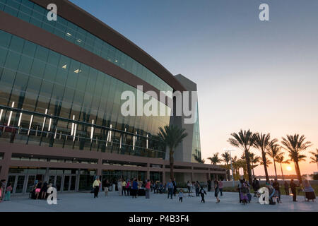 Sun sets behind palm trees at the Pemborke Pines Theater of Performing Arts, Pembroke Pines, Florida - Stock Image