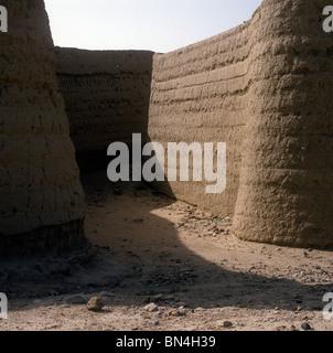 Mudbrick city wall Sa'da Yemen - Stock Image