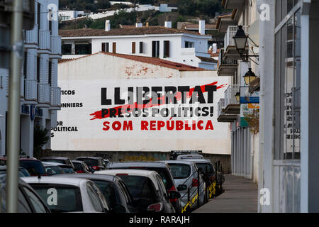 Political graffiti, in the Catalan language, stenciled onto the ground. calling for freedom for political prisoners. in the town of Figueres. - Stock Image