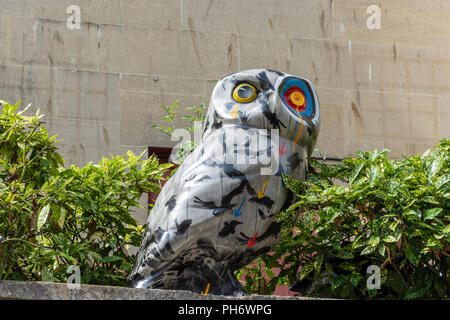 H'owl - before its too late - part of the Minervas Owls of Bath sculpture trail - Stock Image