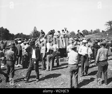 Workers at Tugwelltown (Greenbelt Maryland) take a lunch break ca. October 1935 - Stock Image