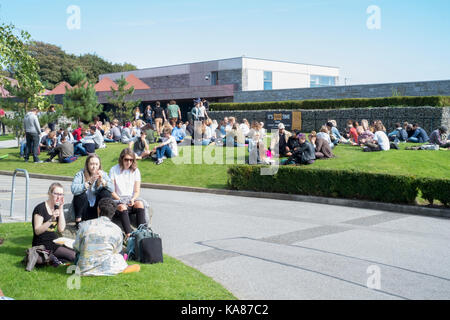 Cornwall, UK. 25th Sep, 2017. UK Weather. Students converge on the green areas of Falmouth University's Tremough - Stock Image