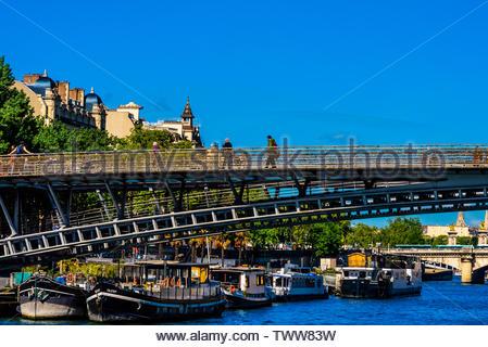 Passerelle Léopold-Sédar-Senghor, a pedestrian bridge over the River Seine, Paris, France. - Stock Image